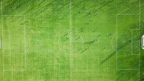 Drużynowej stażowej piłki nożnej futbolowa sesja na zielonej smole stadion futbolowy, kopanie i przelotna piłki nożnej piłka, Fac zbiory wideo