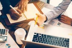 Drużynowi businessmans akcydensowi pracować z laptopem w otwartej przestrzeni biurze Zdjęcie Royalty Free