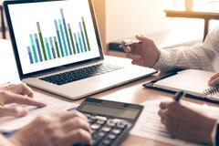 Drużynowi ludzie biznesu analiza zbiorczego raportu wykresu na laptopie w biurowym pokoju obrazy royalty free