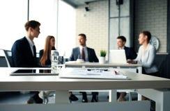 Drużynowi młodzi profesjonaliści ma przypadkową dyskusję w biurze Kierownictwa ma życzliwą dyskusję podczas przerwy zdjęcie royalty free