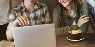 Drużynowi przyjaciele Brainstorming dyskusi sklep z kawą pojęcie zdjęcie stock
