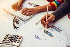 Drużynowy biznesowy obsługuje pracę pracować z laptopem w otwartej przestrzeni offic Obrazy Stock