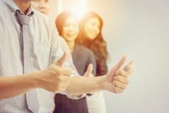 Drużynowy daje kciuk up jak znaka sukces Biznesowa praca zespołowa Concep obraz royalty free