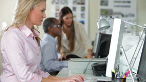Drużynowy działanie Przy biurkami W Ruchliwie biurze zdjęcie wideo
