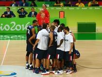 Drużynowy Francja świętuje zwycięstwo po grupy A koszykówki dopasowania Rio przeciw drużynowemu Serbia 2016 olimpiad Obrazy Stock