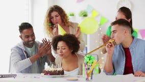 Drużynowy powitanie kolega przy biurowym przyjęciem urodzinowym zbiory wideo
