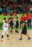 Drużynowy Serbia w akci podczas grupy A koszykówki dopasowania Rio 2016 olimpiad przeciw drużynowemu Francja Zdjęcie Stock
