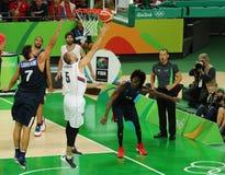 Drużynowy Serbia w akci podczas grupy A koszykówki dopasowania Rio 2016 olimpiad przeciw drużynowemu Francja Zdjęcia Stock