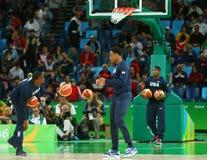 Drużynowy Stany Zjednoczone grże up dla grupy A koszykówki dopasowania między Drużynowym usa i Australia Rio 2016 olimpiad Zdjęcie Stock