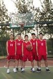 Drużyny koszykarskiej pozycja i ono uśmiecha się, portret fotografia royalty free