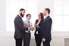 Drużyny stawiać ręki po wpólnie dyskusi, związku, teambuilding i sojuszu pojęcia, Zdjęcia Stock