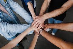 Drużyny stawiać ręki, przedstawienie związek i sojusz wpólnie, Teambuilding w biurze, młodych biznesmenach i kobietach w przypadk zdjęcie stock