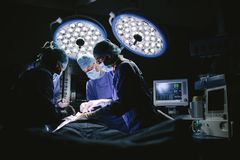 Drużyna chirurdzy robi operaci Zdjęcia Royalty Free