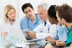 Drużyna lekarki Egzamininuje raporty