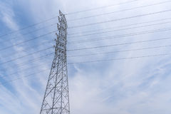 Druciana Elektryczna Telekomunikacyjna poczta i kabel z niebieskiego nieba tłem Zdjęcie Royalty Free