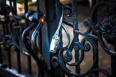Druciana kłódka na metal bramy fotografii brać w Yogyakarta Indonesia Zdjęcia Stock