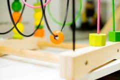 Druciana paciorkowata labirynt pozycja na stole Dzieciak aktywność Kolorowa Edukacyjna zabawka Drewnianego Drucianego labiryntu g Zdjęcia Stock