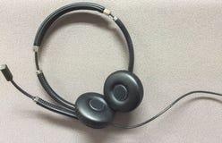 Druciana słuchawki przy kątem na Szarym Tekstylnym tle używać jako szablon Fotografia Stock