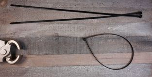 Druciany krajacz dla tyraps na drewnianym tle z kopii przestrzenią dla twój teksta zdjęcie stock