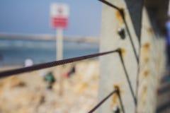 Druciany metalu ogrodzenie blokuje plażę zdjęcia stock