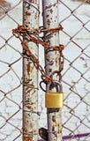Druciany ogrodzenie z łańcuchem i kędziorkiem obraz stock