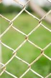 Druciany ogrodzenie z zieloną trawą na tle Zdjęcie Stock