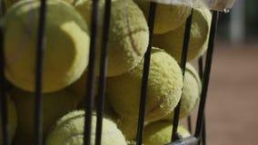 Druciany wiadro pełno tenisowe piłki zbiory