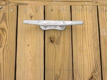 Druck behandelter Decking mit Dock-Bügelen Stockfotos