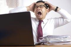 Druck-Geschäftsmann Scream im Büro lizenzfreies stockfoto