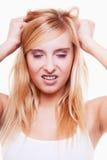 Druck. Junge Frau frustriert, ihr Haar auf Weiß ziehend lizenzfreie stockbilder