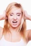 Druck. Junge Frau frustriert, ihr Haar auf Weiß ziehend stockbild