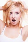Druck. Junge Frau frustriert, ihr Haar auf Weiß ziehend lizenzfreie stockfotografie