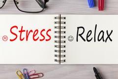 Druck oder Relax geschrieben auf Notizbuchkonzept stockfoto