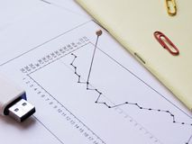 Druckbolzen auf dem wirtschaftlichen Diagramm Lizenzfreie Stockfotos