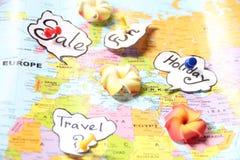 Druckbolzen auf einer Artkarte, die Feiertage zeigt Lizenzfreie Stockbilder