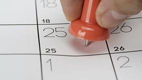 Druckbolzen auf Kalender stock video