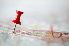 Druckbolzen auf Karte Stockfotografie