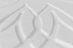 Drucke von Rädern auf einem Schnee Stockfoto