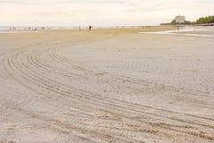 Drucke von Reifen auf Strand, abstrakter Hintergrund stockbild