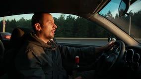 drucken chaufför Fara på vägen arkivfilmer