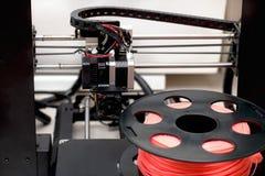 Drucken des Druckers 3d Schließen Sie herauf Prozess der Nachdrucktechnologie Lizenzfreies Stockfoto