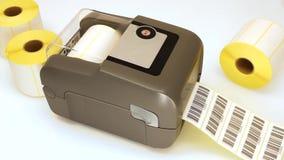 Drucken von Barcodeaufklebern mit direktem thermischem oder thermischem Transferdruckprozeß Druck von Barcodes auf Rolle von Aufk stock video footage