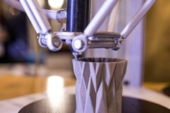 Drucker 3d bei der Herstellung eines geometrischen Vase Drucker 3D Stockfotos