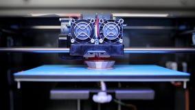 Drucker 3D, der den Gegenstand druckt stock video footage