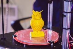 Drucker 3D, der gelbe Zahl Nahaufnahme druckt Lizenzfreies Stockbild