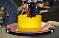 Drucker 3D, der gelbe Zahl Nahaufnahme druckt Lizenzfreie Stockfotografie