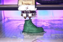 Drucker 3D druckt die Form des flüssigen Plastikgrüns Stockfoto