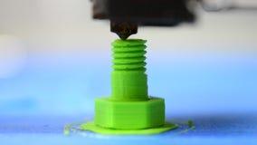 Drucker 3D druckt von der Plastikzahl im Formbolzen stock footage