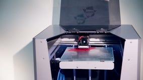 Drucker 3d funktioniert und macht Zahl vom Menschen vom Plastik stock video