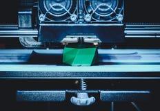 Drucker 3D funktioniert und schafft einen Gegenstand vom heißen flüssigen Plastik Lizenzfreie Stockfotos